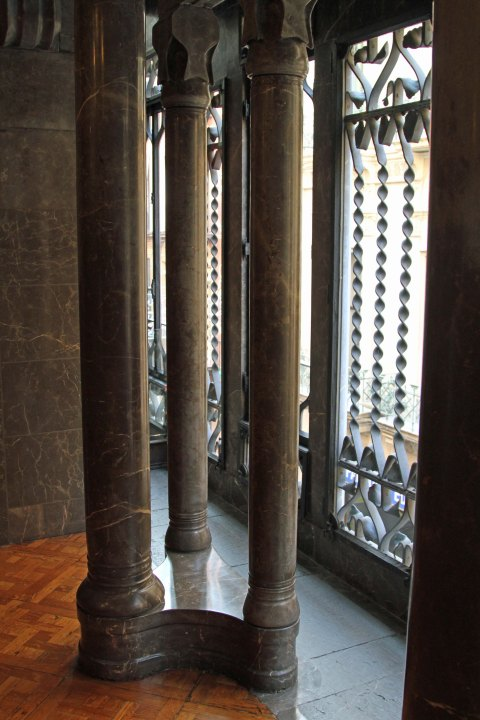 Palau Güell: triple columns for light and support
